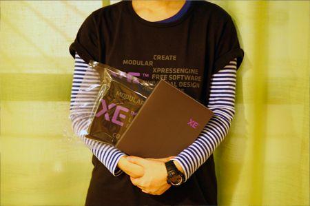 기념품인 XE 티셔츠와 노트